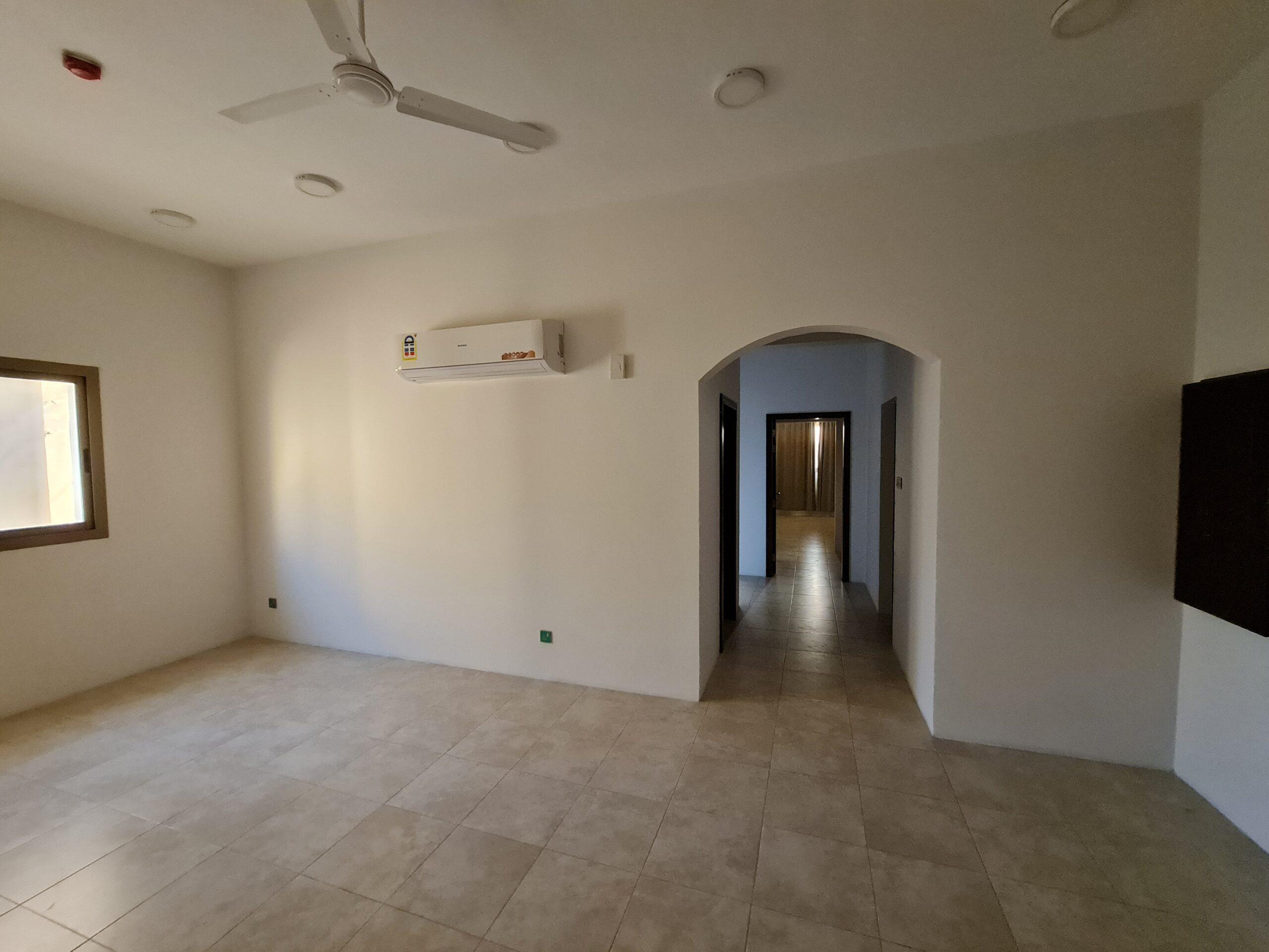للإيجار شقة سكنية فاخرة نصف مفروشة بمنطقة الزنج قيمة