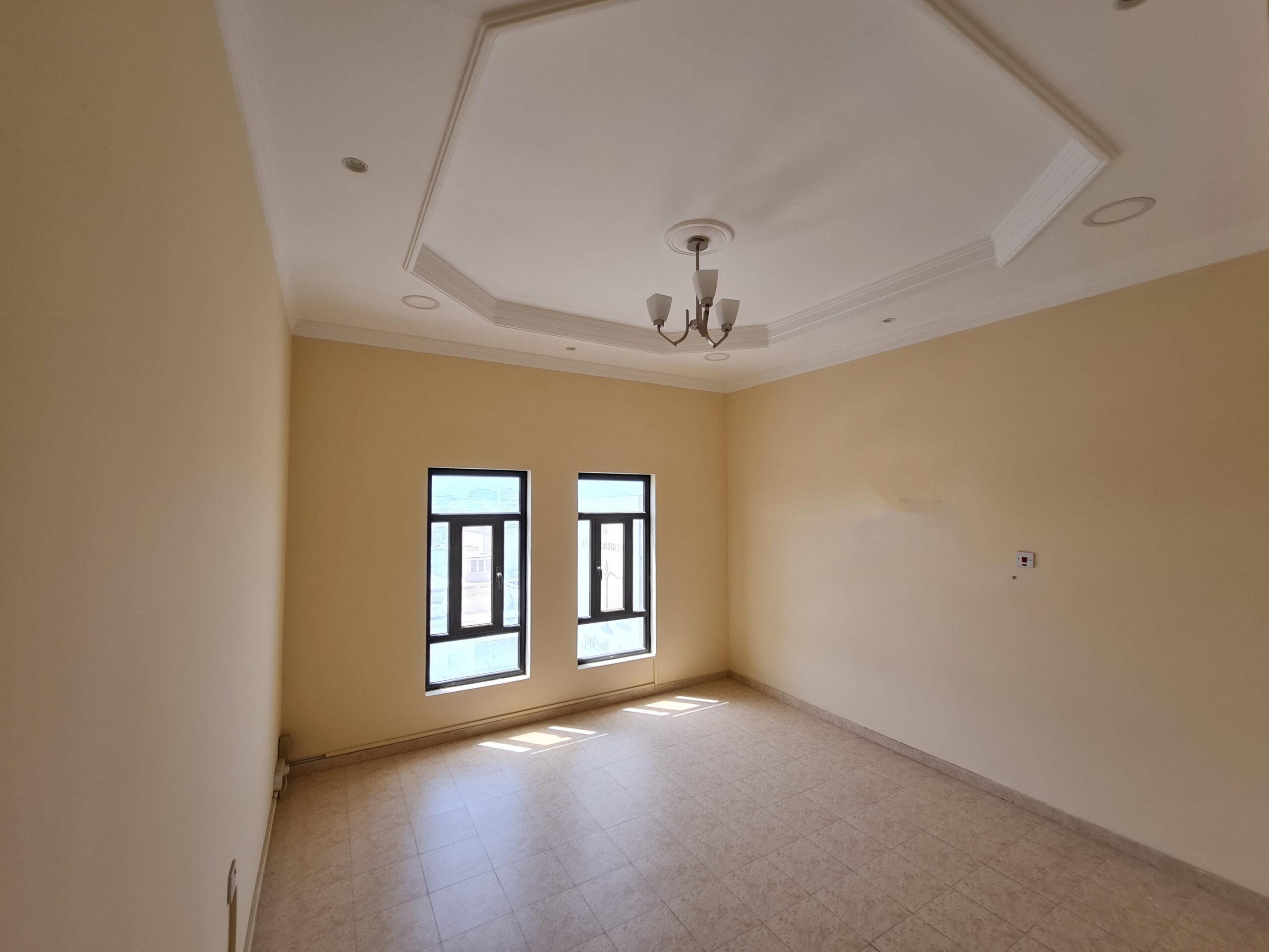 للإيجار مكتب تجاري واسع بمنطقة جرداب شارع 77، بمساحة 140.00 متر مربع تقريباً، سعر الإيجار -/ 250 بالشهر