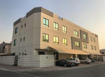للبيع شقة سكنية تتكون من ثلاث غرف نوم، نصف مفروشة بمنطقة سند
