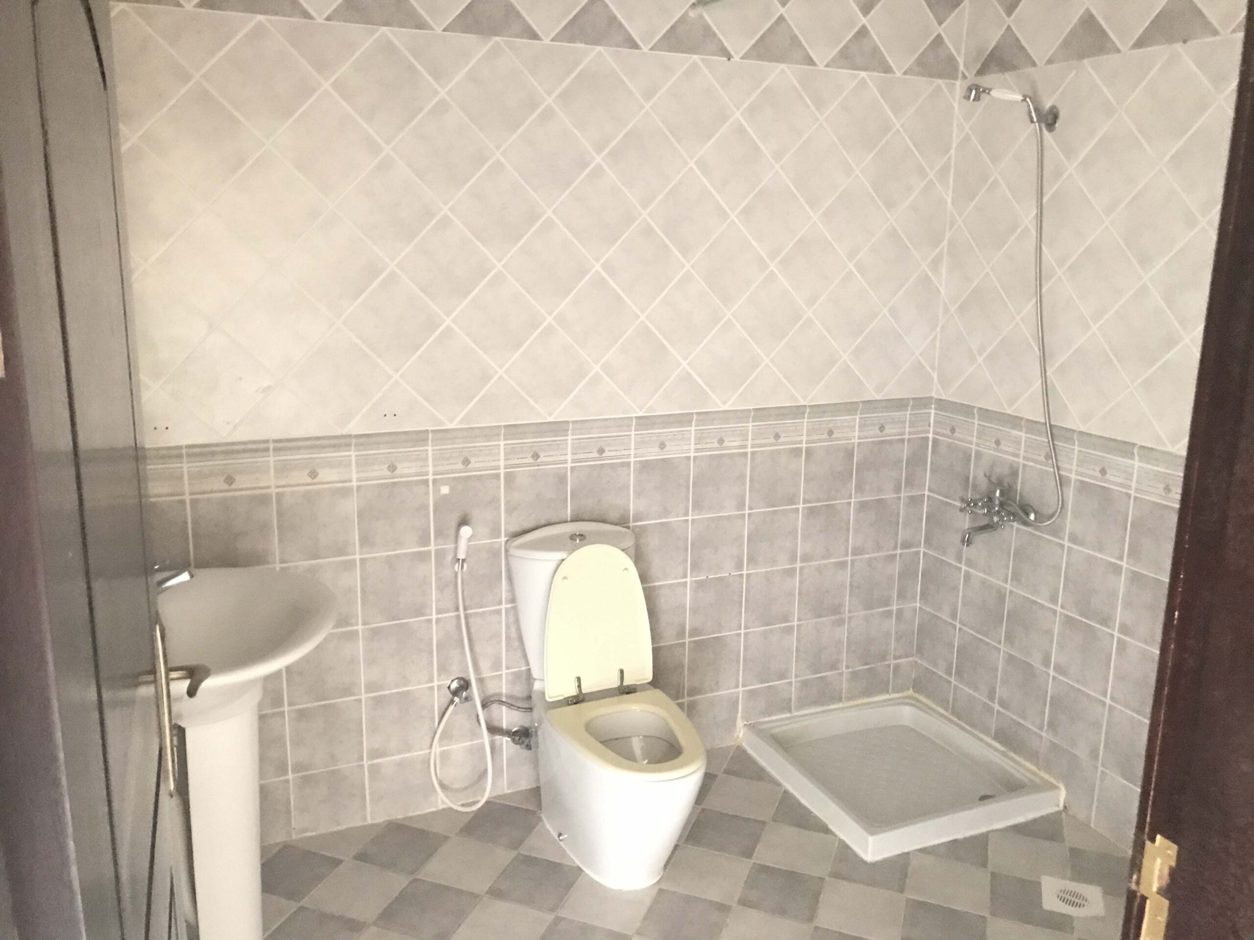 للإيجار شقة سكنية بمنطقة مدينة عيسى بالقرب من جامعة الخليج بقيمة الإيجار -/ 250 دينار بالشهر