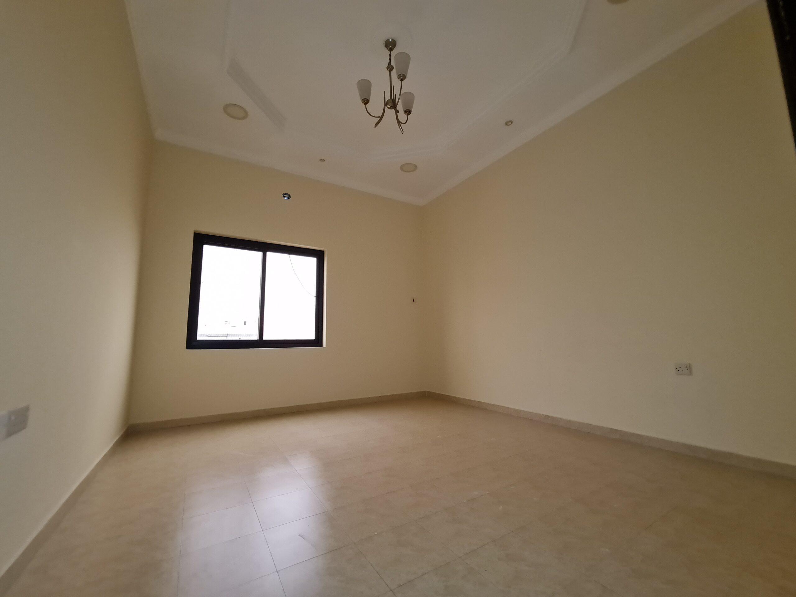 للإيجار مكتب تجاري واسع بمنطقة جرداب شارع 77، بمساحة 160.00 متر مربع تقريباً، سعر الإيجار -/ 300  بالشه