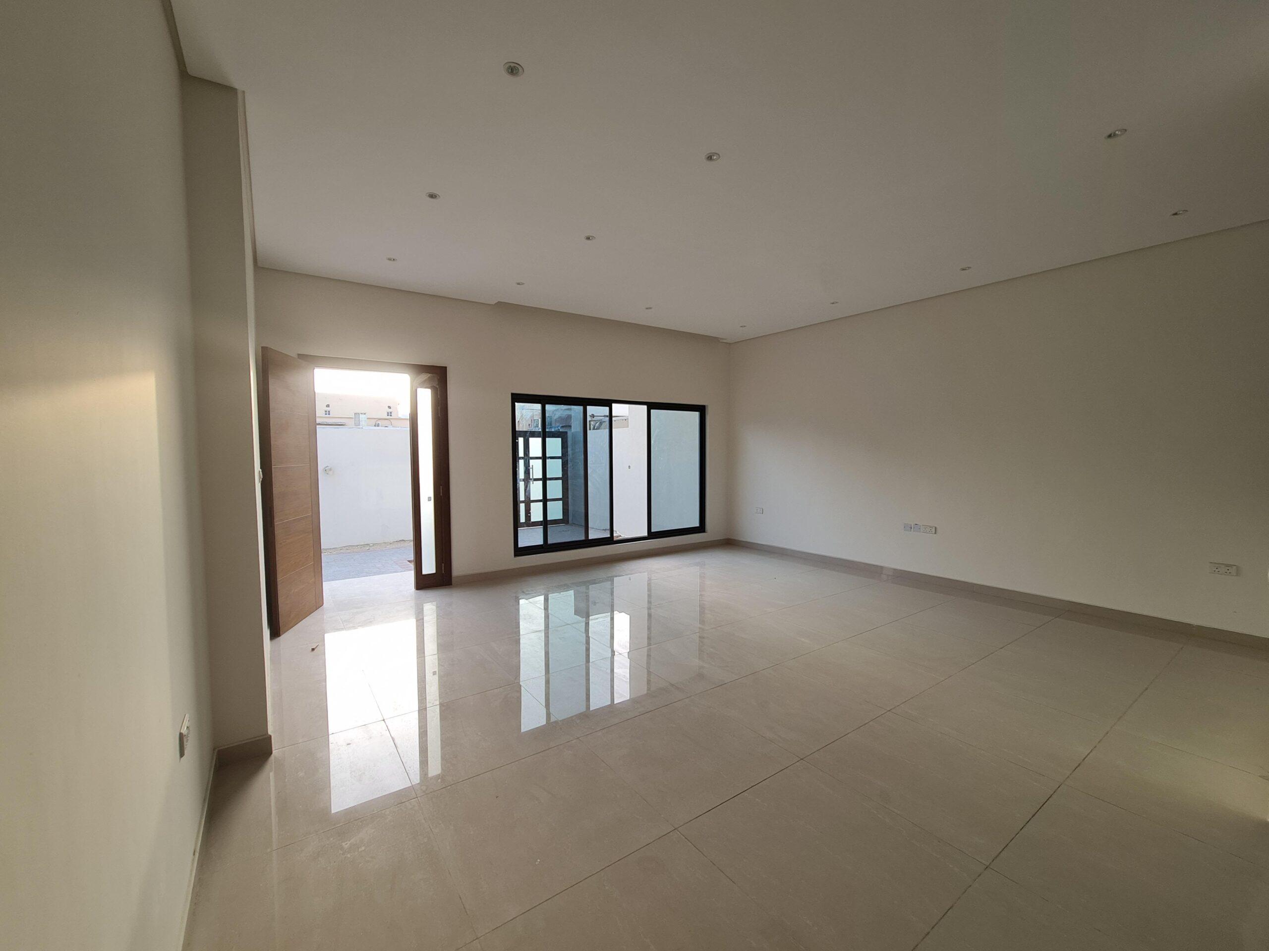 للبيع فيلا سكنية جديدة وفاخرة تتكون من أربع غرف نوم بمنطقة السهلة الشمالية (مناسبة للسكن الاجتماعي)