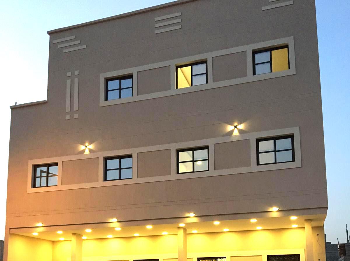 للبيع مبنى أستثماري ، يتكون من 3 دور و المبنى المبنى من 6 شقق سكنية بمنطقة سند